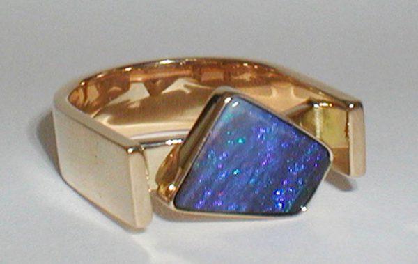 anello oro giallo con opale boulder