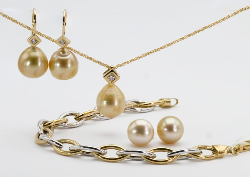 Group-with-golden-pearls-xmas-2019
